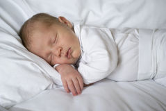 Ett nyfött behandla som ett barn att sova Royaltyfri Fotografi