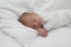 Ett nyfött behandla som ett barn att sova Arkivfoton