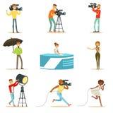 Ett nyhetsprogrambesättning av yrkesmässiga kameraman och journalister som skapar TVTV-sändning av Live Television Set Of Cartoon Arkivfoto