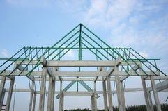 Ett nytt byggandetak med en metallbråckbandram, färggräsplan royaltyfri foto