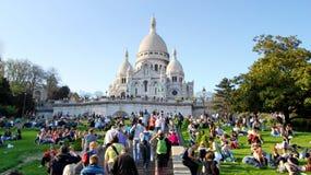 Ett oidentifierat folk framme av Montmartre Arkivfoton