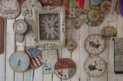 Ett oidentifierat shoppar specificerar inte inre av lagret med den väggar målade amerikanska flaggan Royaltyfri Foto