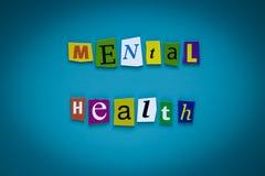 Ett ord som skriver text - mental hälsa - av klippta bokstäver på en blå bakgrund Rubrik - mental hälsa Baner med inskriften - mä royaltyfria foton
