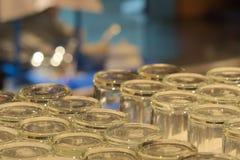 Ett organiserat magasin av exponeringsglas för rent vatten, på en hotellrestaurang royaltyfria bilder