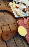 Ett ost- och köttuppläggningsfat Arkivbild