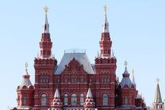 Ett ovanligt arkitektoniskt, historisk byggnad som är röd Royaltyfri Foto