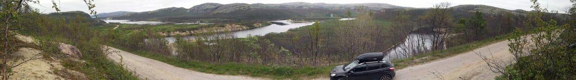 Ett panorama- foto Bil på en bakgrund av floden Titovka Fotografering för Bildbyråer