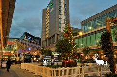 Ett panorama- till den London Stratford shoppingmitten Westfield under julperiod vid natt Royaltyfri Foto