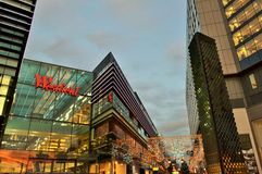 Ett panorama- till den London Stratford shoppingmitten Westfield under julperiod vid natt Arkivbild