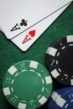 Ett par av överdängare med en hög av pokerchiper arkivbilder