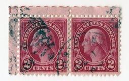 Ett par av amerikanska portostämplar för gammal röd tappning med bilden av George Washington Royaltyfri Bild