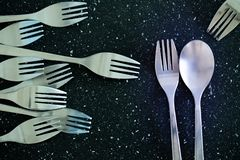 Ett par av bestick och en gaffel utan ett par arkivbild