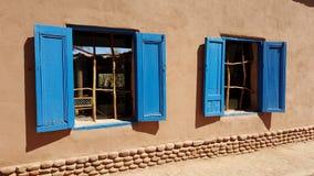 Ett par av charmiga lantliga blåa Windows arkivfoto