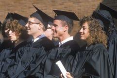 Ett par av coeds som håller ögonen på deras ceremoni Arkivfoton