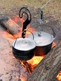 Ett par av couldronon på branden Fotografering för Bildbyråer