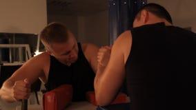 Ett par av den muskulösa mannen som mäter styrkor Armwrestling stock video