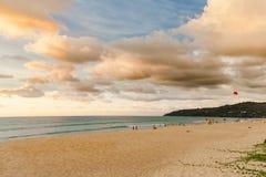 Ett par av ensamt turist- sammanträde på stranden på Phuket royaltyfri fotografi