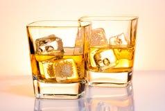 Ett par av exponeringsglas av whisky med is Royaltyfri Fotografi