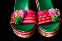 Ett par av färgrika sandaler för hög häl Arkivfoto