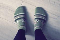 Ett par av fot i sockor Arkivfoto