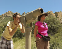 Ett par av fotvandrare använder ett teleskop Arkivbild