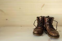 Ett par av gammal brunn använda bruna läderkängor Royaltyfri Bild