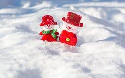 Ett par av glade snögubbear i snön royaltyfri fotografi