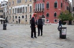 Ett par av gondoljärer för Venedig ` s med deras typiska klänningar, Venedig Venezia, Italien arkivbild