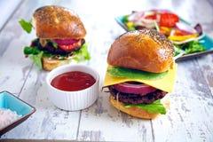 Ett par av gourmet- hamburgare royaltyfria bilder
