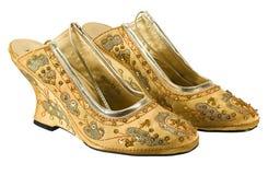 Ett par av guld- rikt sequined skor royaltyfri foto