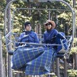 Ett par av kvinnor rider den sceniska chairliften för Arizona Snowbowl ` s nära Fl Fotografering för Bildbyråer