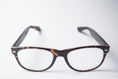 Ett par av moderiktigt brunt glasögon Arkivbilder