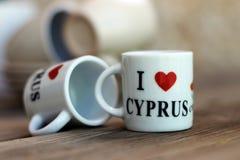 Ett par av mycket små souvenirkoppar för kaffe, med en inskrift Royaltyfri Foto
