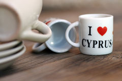 Ett par av mycket små souvenirkoppar för kaffe, med en inskrift Royaltyfri Fotografi
