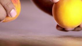 Ett par av persikor som är klara att äta i salladen för min sunda kropp arkivfilmer