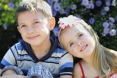 Ett par av pojken och flickan nära färgar Royaltyfri Bild