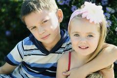 Ett par av pojken och flickan nära färgar Royaltyfria Bilder
