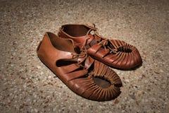 Ett par av roman sandaler som göras av läder arkivfoto