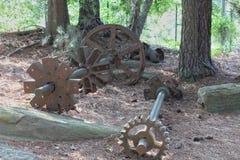 Ett par av rostade kugghjul och axlar fotografering för bildbyråer