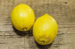 Ett par av saftiga citroner arkivbilder