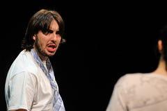 Ett par av skådespelare av den Barcelona teatern instiftar, diskuterat i komedin Shakespeare för ledare Arkivbilder