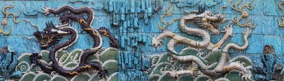 Ett par av skräckinjagande drakar på niona Dragon Wall Royaltyfri Foto