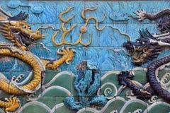 Ett par av skräckinjagande drakar på niona Dragon Wall Royaltyfri Fotografi