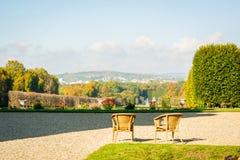 Ett par av stolar på överkanten av en utkik som håller ögonen på landscapen royaltyfri bild
