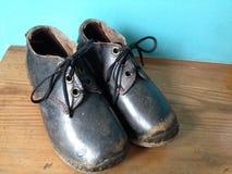 Ett par av tappning stoppar till, skor för barn` s, nordliga England Arkivbilder
