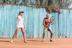 Ett par av tennisspelare som utomhus öva Oavkortad tillväxt Begreppet av sporten royaltyfria foton