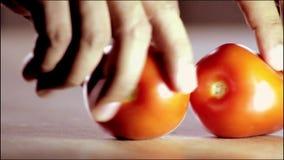 Ett par av tomater som förbereder salladen för vår hälsa arkivfilmer