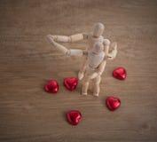 Ett par av trädockamannen på valentindagar som till varandra visar förälskelse Arkivbilder