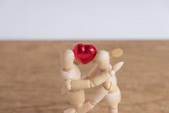 Ett par av trädockamannen på valentindagar som till varandra visar förälskelse Arkivfoto