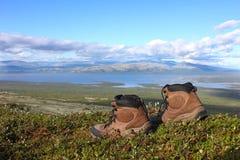 Ett par av trekking startar på kanten, andra berg och sjö I Fotografering för Bildbyråer